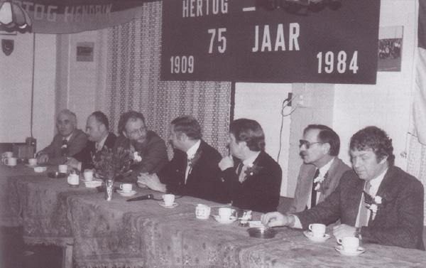 Het bestuur van Hertog Hendrik ten tijde van het 75 jarig jubileum. V.l.n.r.: Leo van Toor, Joep Bijker, Gerrit Tichelaar, Joop Bergsma, Pieter van Broeckhuysen, Rinus van 't Land en Henk Jansen.