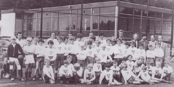 De jeugdafdeling van GOVA in 1972. Op de achtergrond is de in aanbouw zijnde kantine goed zichtbaar