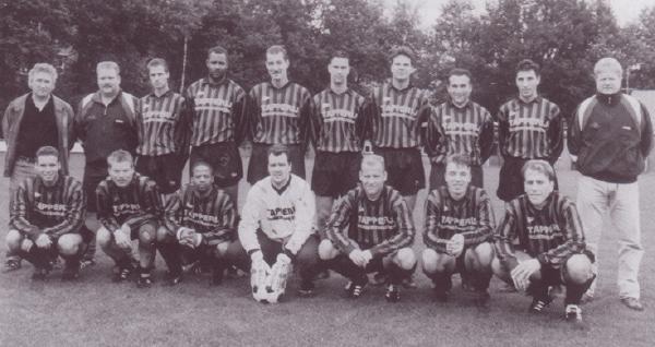 Het team dat in 1998 kampioen werd van de 3e Klasse KNVB. Staand v.l.n.r.: Joop Boxma, Daan Kiezenberg, Mischa Smaak, Marco Pique, Marco de Ruyter, Danny Hartjes, Robert van Laar, Dennis van Toor, Tjalling Koster, Paul Witjes. Zittend v.l.n.r.: Daniel Zweers, Eef Hondeveld, Patrick Paal, Marcel Hofs, Ronnie ten Kaate, Dennis Driessen, Patrick de Haan.